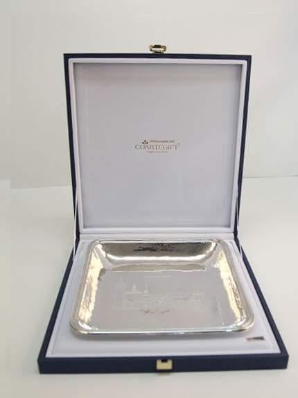 bandeja de plata con estuche
